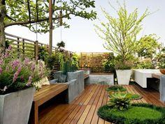 1-aménager-sa-terrasse-sol-avec-planchers-en-bois-pelouse-verte-dans-le-jardin