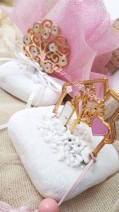 Μπομπονιέρες βάπτισης μεταλλικό σπιτάκι σε βότσαλο Θάσου,χειροποίητες μπομπονιέρες βάπτισης μεταλλικοβδεντροτ ης ζωής πάνω σε πετρα κάλεσε 2105157506 Gift Wrapping, Gifts, Wedding, Fashion, Mirrors, Gift Wrapping Paper, Valentines Day Weddings, Moda, Presents