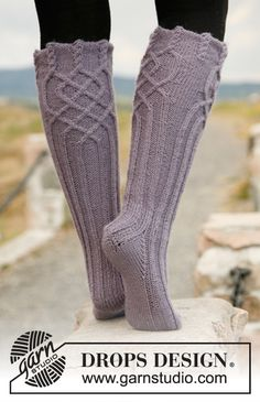 "Riverdance - Knitted DROPS socks with cables in ""Karisma"". - Free pattern by DROPS Design Knitting Stitches, Knitting Socks, Knitting Patterns Free, Hand Knitting, Free Pattern, Crochet Patterns, Drops Design, Crochet Socks, Knit Crochet"