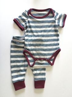 An adorable onesie with optional long or short sleeves. Contrasting ribbing on edges and snap closure for easier changing. free pattern