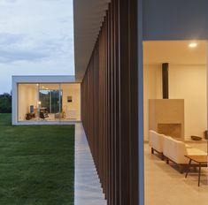 Maíra Acayaba – Casa Salto Arch House, Facade House, Restaurant Exterior Design, L Shaped House, Minimal Home, House In The Woods, Modern House Design, Modern Farmhouse, Bungalow