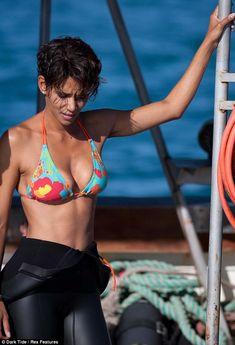 49 Hottest Halle Berry Bikini Pictures Will Rock Your World Halle Berry Style, Halle Berry Hot, Halle Berry Pixie, Halle Berry Bikini, Hally Berry, Dark Tide, Jenifer Aniston, Divas, Black Actresses