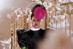 La semaine de la mode parisienne commence! La capitale mondiale de la mode (http://particuledeluxe.com/fashion-paris-capitale-de-la-mode-selon-le-global-language-monitor/), clos le marathon des fashion weeks après les présentations de New York, Londres et Milan. Pour cette saison Printemps-Eté 2016, le programme du prêt-à-porter féminin, s