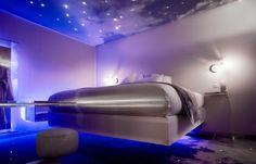 """One by The Five - França No One by The Five, em Paris, o hóspede pode dormir em uma cama que """"flutua"""", como se estivesse em um sonho. A diária para duas pessoas no quarto mais barato sai por volta de R$ 380."""