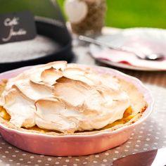 Klassisen sitruuna-marenkipiirakan muunnoksessa upottavan pehmeän marenkikerroksen alle piiloutuu kirpeänmakea raparperitäyte. Kesän ihanin raparperi-marenkitorttu kruunaa kahvihetken! Delicious Desserts, Dessert Recipes, Pavlova, Soul Food, Food For Thought, Camembert Cheese, Peanut Butter, Bakery, Deserts