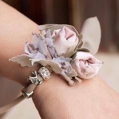 Silva è una collana costituita da un intreccio di fili di lycra brillanti e fiori di seta.