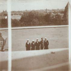 Tsar Nicolau II cercado por suas filhas as Grã-duquesas Olga Nikolaevna, Tatiana Nikolaevna, Marie Nikolaevna e Anastasia Nikolaevna, em Kremlin, Moscou, Agosto de 1914.