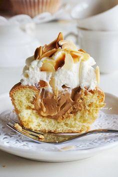 Kultowe babeczki śmietankowo-karmelowe in 2020 Dessert Cake Recipes, Desserts To Make, Dessert Drinks, Sweet Desserts, Candy Recipes, Sweet Recipes, Food To Make, Caramel Cupcakes, Polish Recipes