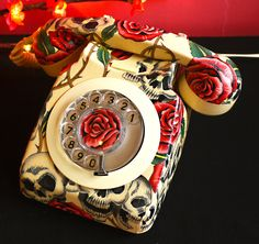 Skulls and Roses Decoupage Vintage Phone Decoupage Vintage, Decoupage Foto, Vintage Phones, Skull Decor, Skulls And Roses, Old Phone, 3d Prints, Decoration Design, Home And Deco