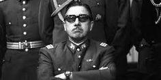 Pinochet, represión sin totalitarismo    El totalitarismo es un tipo de régimen político en el cual un Partido Estado absorbe toda la sociedad, habla en su nombre y le impone decisiones arbitrarias. Stalin, como Hitler fueron dictadores; mientras que Fidel Castro al igual que Mao Tse Tung pueden ser calificados como totalitarios. Curiosamente, yo no emplearía esta expresión para Pinochet, ya que, si bien su régimen fue represivo no fue movilizador de masas como los otros regímenes…