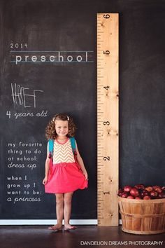 These start of school photos contain such epic levels of cuteness that it is almost more than I can stand. Last year my friend Rachel had her twins' photos taken for the start of preschool and I am. Back To School Photos, First Day Of School Pictures, First Day Of Preschool Picture Ideas, First Day At School, Preschool Photo Ideas, Photo Bb, Kind Photo, Photo Kids, Photo Wall