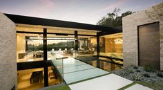 This spectacular modern dream home was imagined by McClean Design, integrated into a hillside in Trousdale Estates, an area in Beverly Hills, California. Minimalist House Design, Minimalist Home, Architect House, Architect Design, Casa Top, Los Angeles Skyline, Porto Rico, Beverly Hills Houses, Modern Mansion
