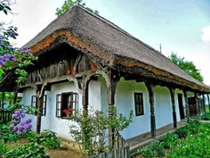 Old farmhouse with thatched roof - HUNGARY Cozy Cottage, Cozy House, Cottage Style, Budapest, Beautiful Homes, Beautiful Places, Old Country Houses, Rustic Houses, Gazebo