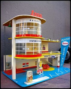 Esso Station Service - made by Mettoy (The same company that produced Corgi Toys)The garage of my childhood Childhood Toys, Childhood Memories, Garages, Toy Garage, Retro Kids, Old Gas Stations, Corgi Toys, Matchbox Cars, Tin Toys