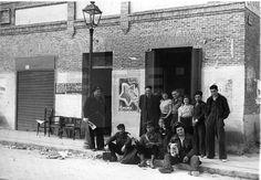 GUERRA CIVIL ESPAÑOLA: ZONA REPUBLICANA.- MADRID, MARZO DE 1937.- El escritor soviético- judío Ilya Ehrenburg (con boina y gafas) en la puerta de la sede de la Asociación de Amigos de la Union Soviética en Usera, rodeado de soldados de la 21ª brigada mixta. EFE/Juan Guzmán