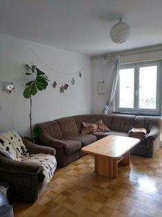 Dieses schöne, eher minimalistisch eingerichtete Wohnzimmer gibt es in einer WG in Konstanz. #wggesuchtde #wggesucht #wgzimmer #ideen #inspiration #wohnzimmer #holzmöbel #ideen #inspiration #einrichtung #gemütlich #minimalistisch #konstanz Table, Inspiration, Furniture, Home Decor, Konstanz, Minimalist, Ideas, Nice Asses, Biblical Inspiration