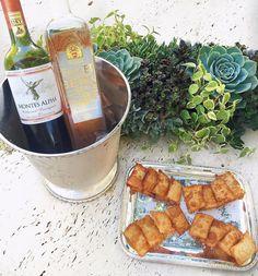 Drinking wine and killing time  Sábado delícia por aqui... #familytime #saturdays  { o mármore é da @galleriadellapietra.mg }