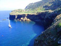 La natura vulcanica dell'isola ha dotato #Ustica di coste irregolari e frastagliate, ricche di insenature, piccole calette e di grotte bellissime. www.lacerniabruna.it #MagicUstica #HolidayExperience