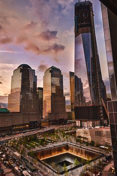 """Estanque norte del """"Museo y Memorial 9/11"""" escoltado por el One World Trade Center en construccion y los edificios del World Financial center como telon de fondo"""