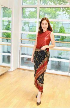 Kebaya Lace, Batik Kebaya, Batik Dress, Thai Traditional Dress, Traditional Outfits, Dress Batik Kombinasi, Mode Batik, Modern Filipiniana Dress, Model Kebaya