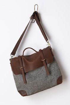 O corpo da bolsa é feito em lã tweed, que pode ser substituída por outro material. Os detalhes em couro também podem ser substituídos por tecido ou mesmo sintéticos de boa qualidade. A bolsa é fech…