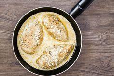 Süsd serpenyőben a tejszínes-sajtos csirkemellet, így még gyorsabban végzel.