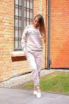 komplet dresowy - bluza z spodniami bluza wkładana przez głowę, posiada oryginalny nadruk połączony z aplikacją ze sznurówek  bluza posiada asymetryczny dekolt  spodnie dresowe długie, ze ściągaczami i kieszeniami oryginalnie zapakowana z kompletem metek wykonana z najlepszej jakości bawełny modny design i niepowtarzalny wygląd