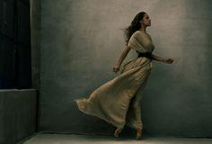 世界的写真家アニー・リーボヴィッツの女性観  WOMAN SMART NIKKEI STYLE ドラマティックなシーン。重厚な色調が美しい。
