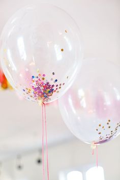 confetti balloons - use a funnel to add cup confetti to balloon, then blow up or add helium. If for NYE party, pop balloons at midnight. Don't use metallic confetti (harder to clean up). Use construction paper/cardstock & hole punch for cheap confetti. Ballons Brilliantes, Glitter Ballons, Balloon Decorations, Birthday Decorations, Birthday Party Themes, Wedding Decorations, Balloon Ideas, Air Balloon, Birthday Ideas