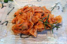 Questa è la ricetta della pasta più buona che abbia mai mangiato. Certo non è leggerissima, ma vi garantisco che va provata almeno una volta nella vita!  Ingredienti per 4 persone: 400g di farfalle (o altro formato di pasta se preferite) 200ml di panna da cucina 350g di passata di pomodoro  3 rametti di rosmarino 10 foglie di salvia 1 cipolla 40g di parmigiano grattugiato. 1 noce di burro 50ml d'acqua Olio q.b. Salvia, Shrimp, Pasta, Meat, 3, Food, Sage, Essen, Meals