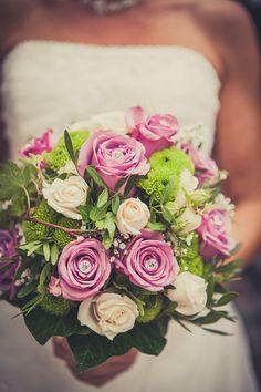 Brautstrauß: Rosen in rosa und creme mit grünen Bartnelken, Efeu und Schleierkraut