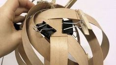 Deckenlampe aus Furnier wird hergestellt / Quelle: ZDF