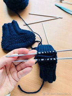 Вяжем спицами детские бесшовные пинетки, фото № 9 Knitted Booties, Knit Vest, Crochet Stitches, Crochet Bikini, Long Scarf, Sweater Vests, Crochet Tutorials, Cross Stitches, Knit Baby Shoes