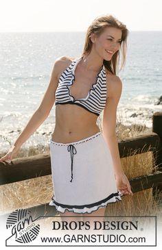 Top de bikini y falda DROPS en Muskat con franjas / rayas y volantes.  Talla XS a XL. Diseño DROPS:  Patrón No. R-573  Patrón gratuito de DROPS Design.