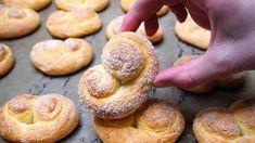 Ak máte doma 1 téglik tvarohu, toto musíte vyskúšať: Rýchle a krehučké tvarohové slimáčiky na celý týždeň! Bread Dough Recipe, Bon Appetit, Biscotti, Doughnut, Food And Drink, Lunch, Cookies, Basket, Sweets