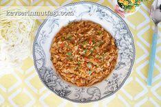 Kapuska Tarifi - Malzemeler : Küçük bir baş lahananın yarısı, 1 baş soğan, 3/4 su bardağı pirinç, 4 su bardağı su, 1 yemek kaşığı salça, 1 tatlı kaşığı toz biber, Tuz, Karabiber, 3 yemek kaşığı sıvı yağ.
