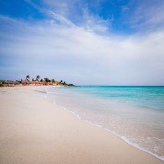 Arashi Beach é uma estreita faixa na costa de Aruba, com barracas improvisadas e uma grande área de estacionamento. A praia possui correntes suaves e abundante vida marinha, tornando-se um local perfeito para mergulho.  Aproveite o feriado de Finados para conhecer as melhores praias da ilha feliz! #FeriadoEmAruba #FelizEmAruba #OneHappyIsland