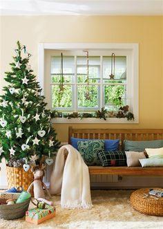Recibidor navideño con abeto y banco