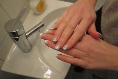Nagellack som byter färg beroende på temperatur. Höger hand på bilden är spolad i kallt vatten.