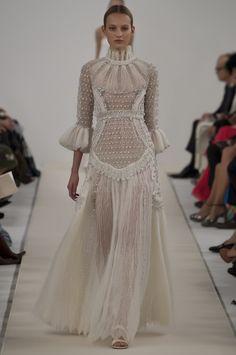 Le défilé haute couture 945 Sala Bianca de Valentino, robe de mariée longue en dentelle blanche romantique