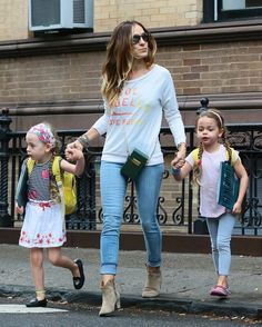 sarah-jessica-parker-walking-girls-to-school-ffn-ftr