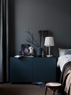 Back to black: donkere interieurs met een sobere, moody uitstraling - Roomed Ikea Bedroom, Bedroom Furniture, Furniture Design, Bedroom Decor, Bedroom Ideas, Bedroom Makeovers, Bedroom Curtains, Bedroom Styles, Dark Interiors