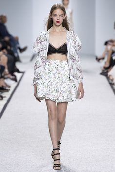 View the complete Giambattista Valli Spring 2017 collection from Paris Fashion Week.