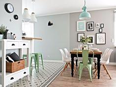 """2,168 curtidas, 7 comentários - Casa.com.br (@casacombr) no Instagram: """"Com base que combina madeira e preto e branco, esta sala de jantar recebeu pontos de cor por meio…"""""""