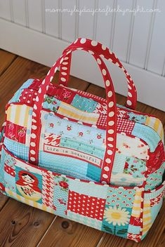 This is the Amy Butler Weekend Bag Pattern.  I had to click through two blogs to find this out!