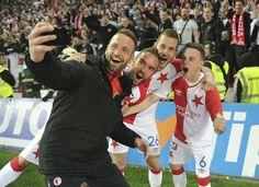 Přemysl Kovář, Jasmin Sčuk, Michael Lüftner a Jan Sýkora slaví výhru nad Plzní a pořizují selfie s fanoušky  FOTO: Dominik Bakeš (Sport)