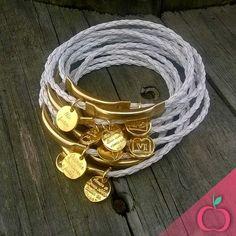 Novidade Cereja do Bolo! Pulseira 10 Mandamentos.  Disponível nas versões em couro trançado ou em corrente.  Prata ou dourado. Tenha já as suas!!! #10mandamento #dezmandamentos #acessorios #pulseiras #pulseirismo