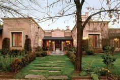 Estudio Clariá y Clariá Spanish House, Spanish Colonial, Casas Country, Stucco Homes, Rustic Home Design, Tuscan House, Hacienda Style, Tuscan Style, Classic House