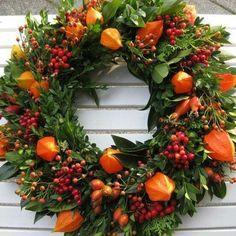 Herbst – Deko Hoflädele - New Sites Autumn Wreaths, Holiday Wreaths, Christmas Decorations, Autumn Decorations, Table Decorations, Modern Wreath, Flower Arrangements Simple, Summer Wreath, Door Wreaths