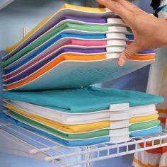 Agora é possível retirar facilmente uma roupa da pilha, sem bagunçar tudo.